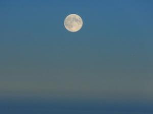 Volle maan boven de wolken