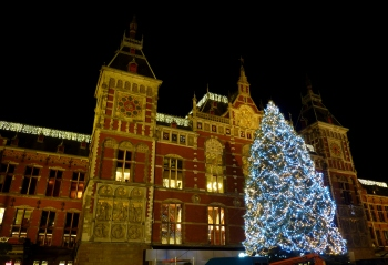 Amsterdam Centraal met kerstboom