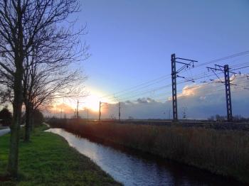 Avondlucht bij station Voorschoten