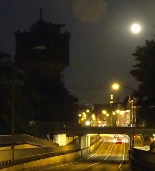 Maan bij watertoren